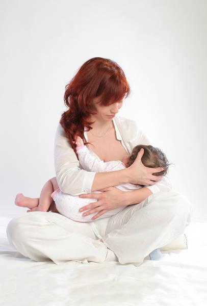 Как правильно кормить новорожденного грудью: выбор позы и время кормлений