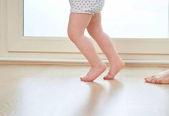 Почему ребенок ходит на носочках и что делать