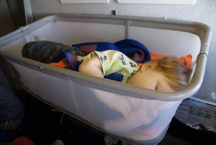 Как лететь в самолете с грудным ребенком