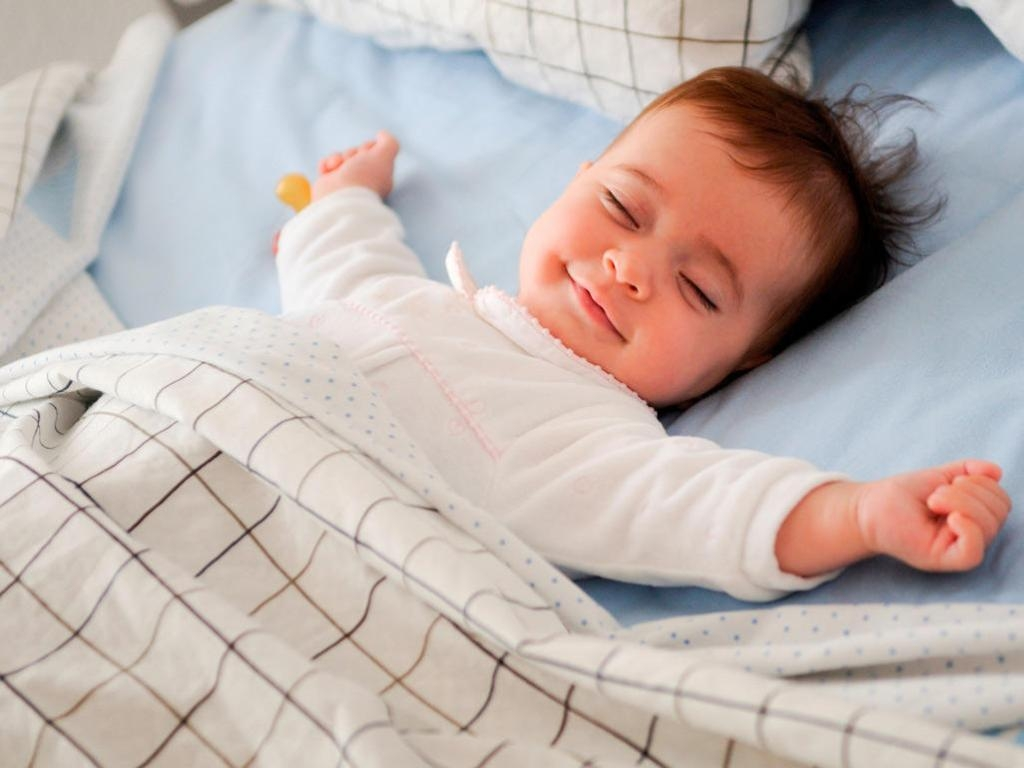 Почему ребенок спит с приоткрытыми глазами: что делать, норма сна ребенка - pregnote.ru