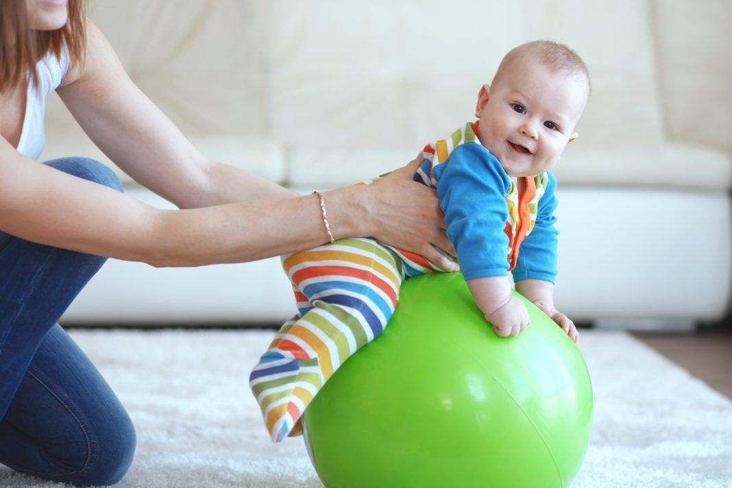 Упражнения на мяче для грудничков - всё о грудничках