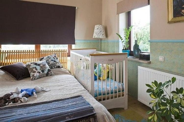 Советы по дизайну спальни с детской кроваткой: варианты оформления интерьера с фото