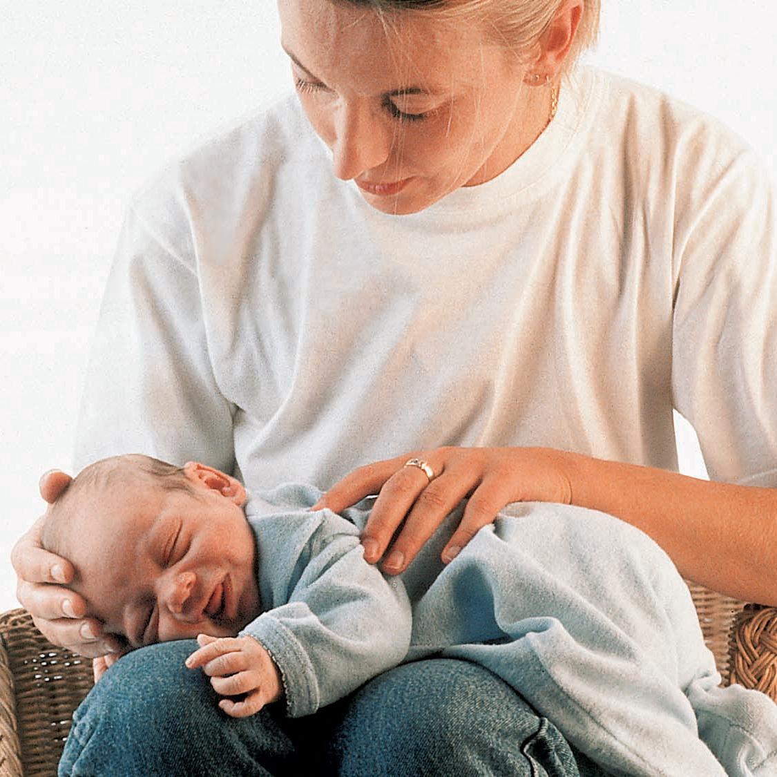 Как носить ребенка на руках | уроки для мам