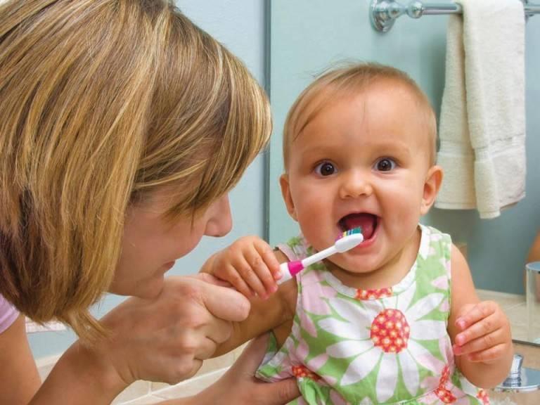 Как научить ребенка чистить зубы. как правильно чистить зубы детям