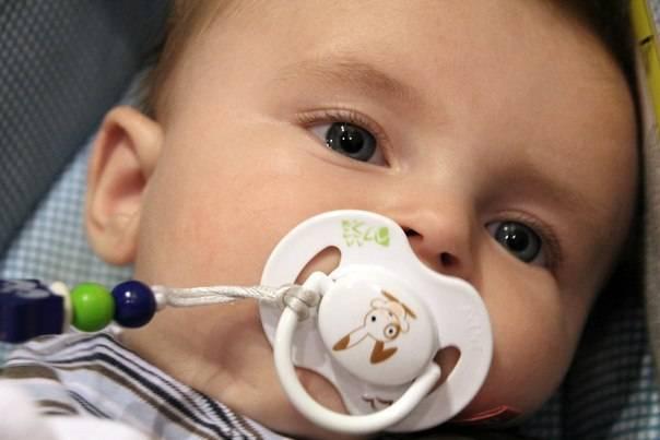 Как приучить ребенка к соске: нужно ли давать малышку пустышку и когда это сделать