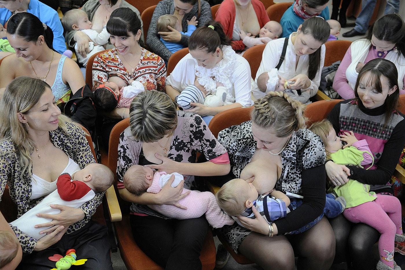 Опрос: допустимо ли кормить грудью в общественных местах?