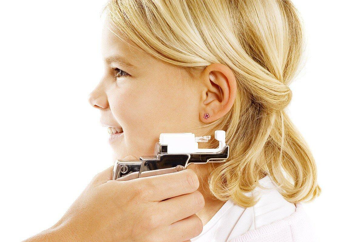 Первые серьги: когда прокалывать уши, чем прокалывать, какие безопасны