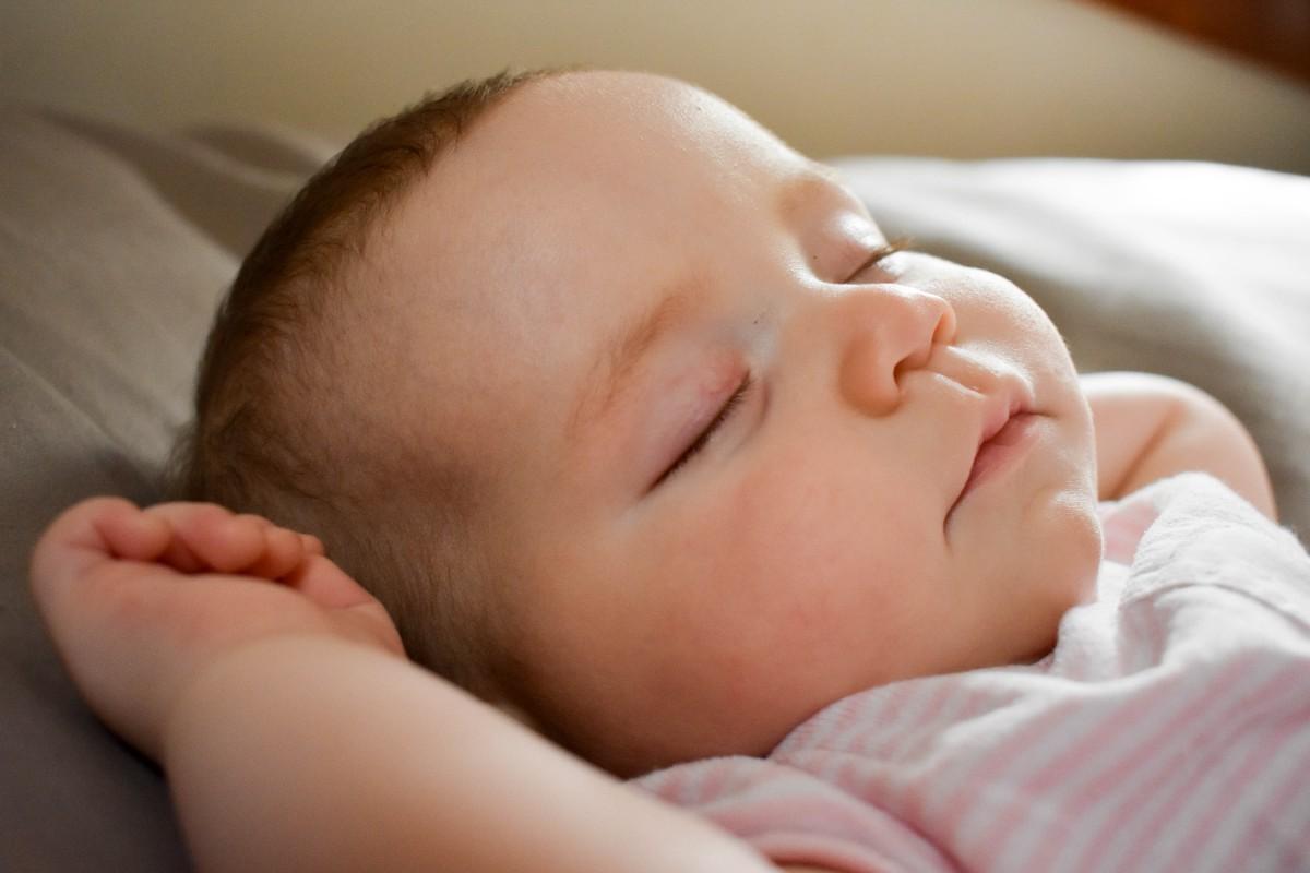 Новорожденный ребенок не спит весь день