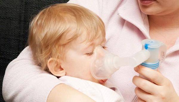 Что делать, если ребенок задыхается из-за кашля и не может нормально дышать по ночам?