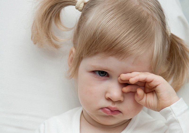 Ребенок чешет уши и голову: почему грудничок постоянно трет эти места? - wikidochelp.ru