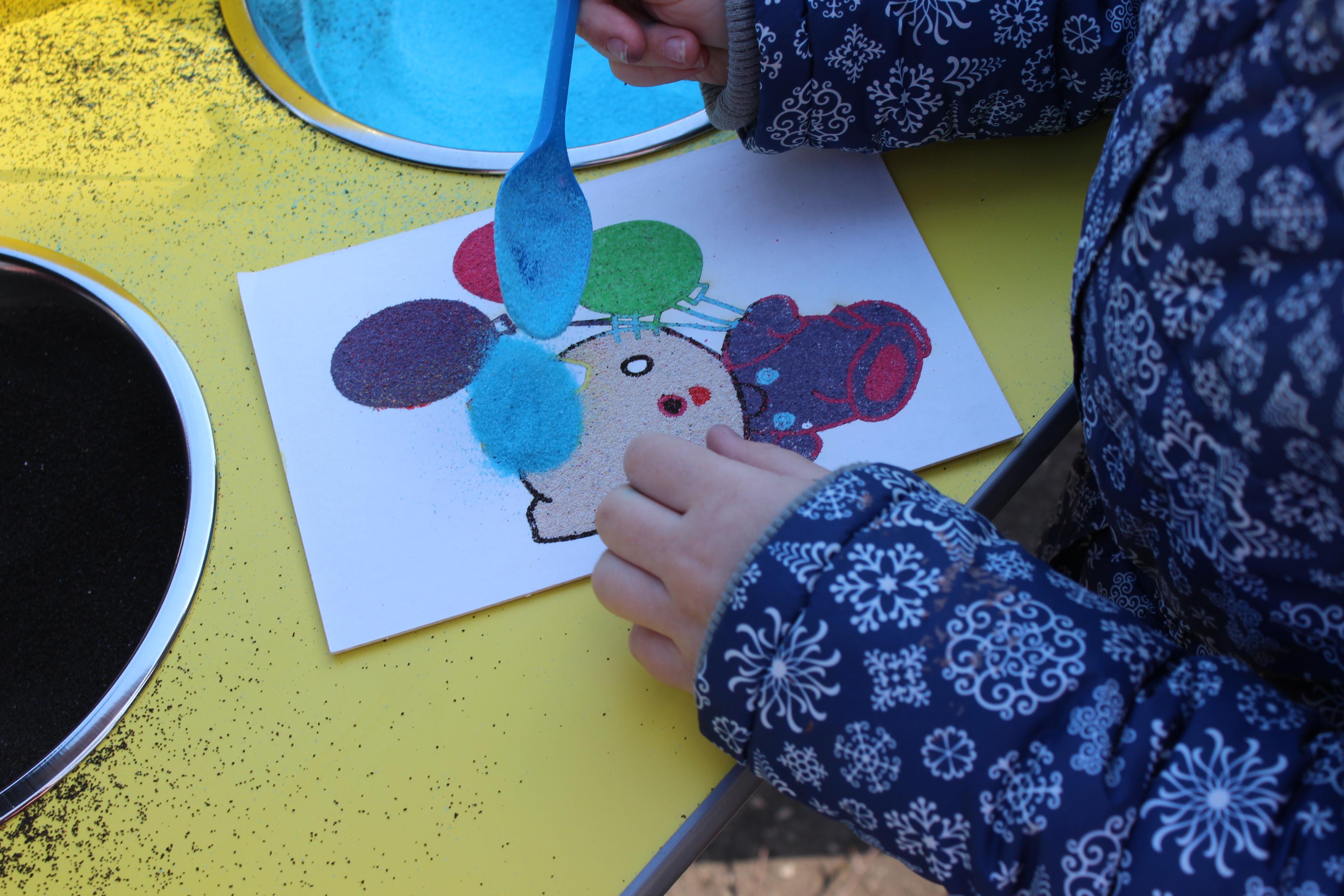 Как научить ребенка красиво рисовать песком на стекле