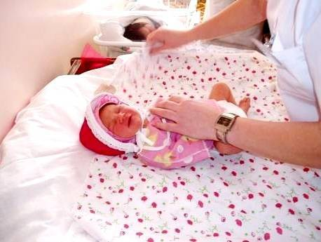 Гигиена новорожденной девочки: как правильно купать ребенка первый раз и затем, как мыть внутренние губы и что делать при белом налете и иных интимных проблемах?