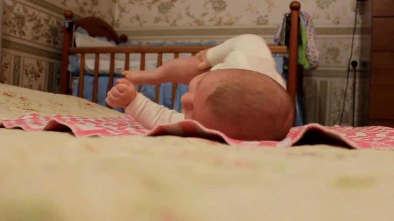Упражнения для переворота малыша со спины на живот