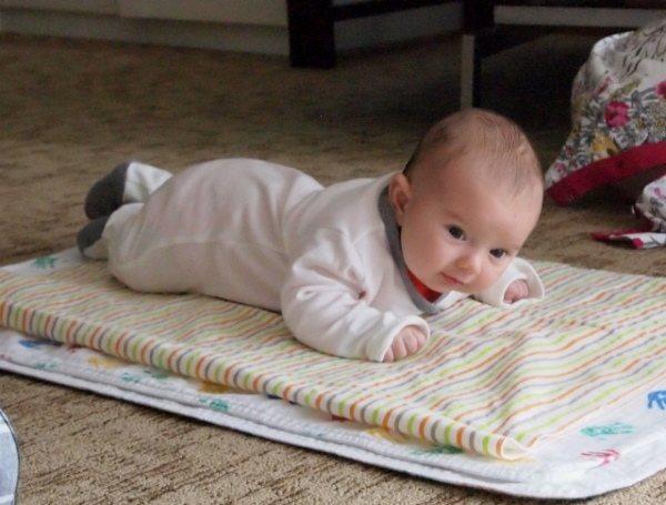 Как научить ребенка ползать? полезные упражнения и видео