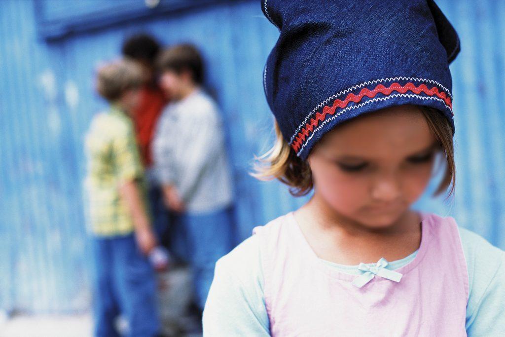 Ребенок ни с кем не дружит: причины и решение