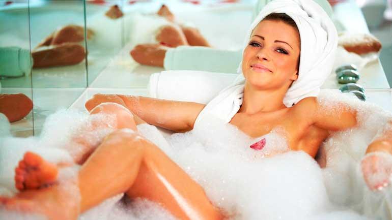 Когда и как можно принимать ванну после естественных родов и после кесарева сечения