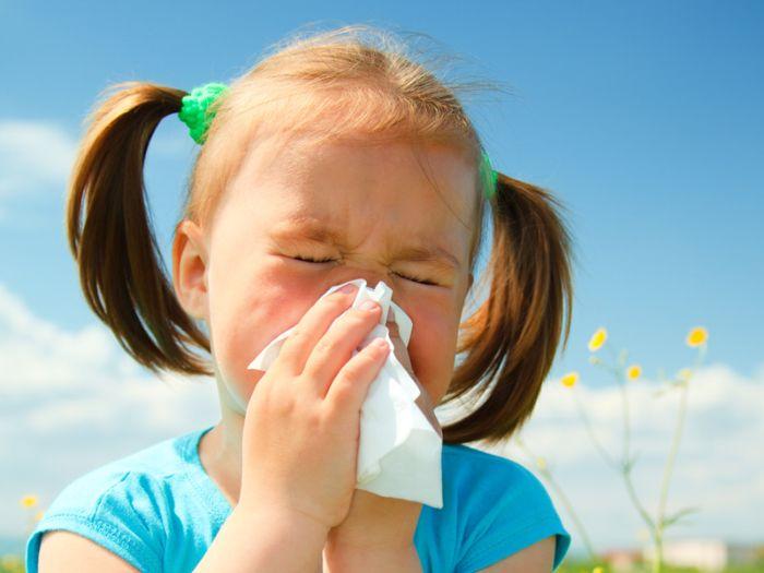 Конъюнктивит у ребенка в сочетании с температурой, насморком и кашлем: чем помочь малышу?