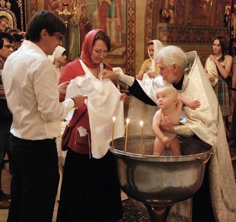 Кому нельзя быть крестными родителями – почему женщины не крестят первую девочку
