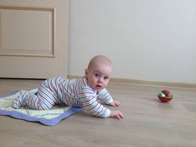 Как научить ребенка ползать — полезные советы и упражнения