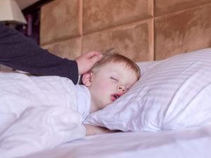 Ребенок храпит: чем лечить, чтобы быстро привести сон в норму?