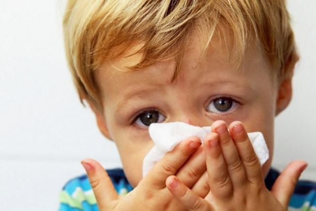 Симптомы и лечение аллергического ринита у детей: препараты и народные средства