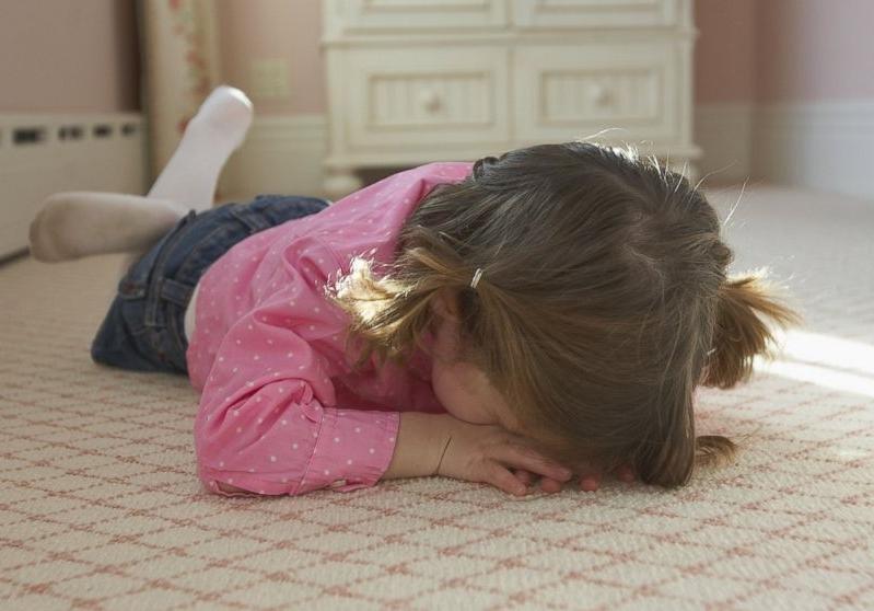 Маленький ребенок бьется головой об пол и стены