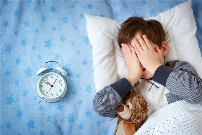 Что делать, если ребенок засыпает только на руках?