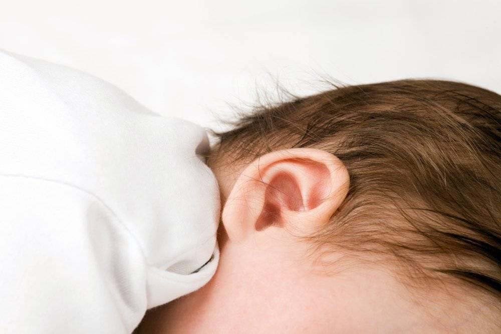 Как понять, что у ребенка болит ухо – симптомы и проявления отита