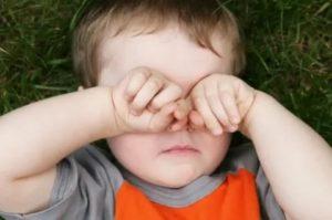 Ребенок чешет ухо и плачет клык. ребенок чешется: причины и симптомы