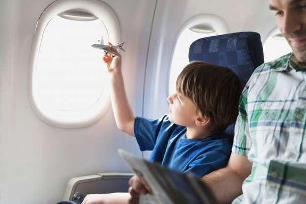 Перелет с ребенком — чем занять и как успокоить ребенка в самолете