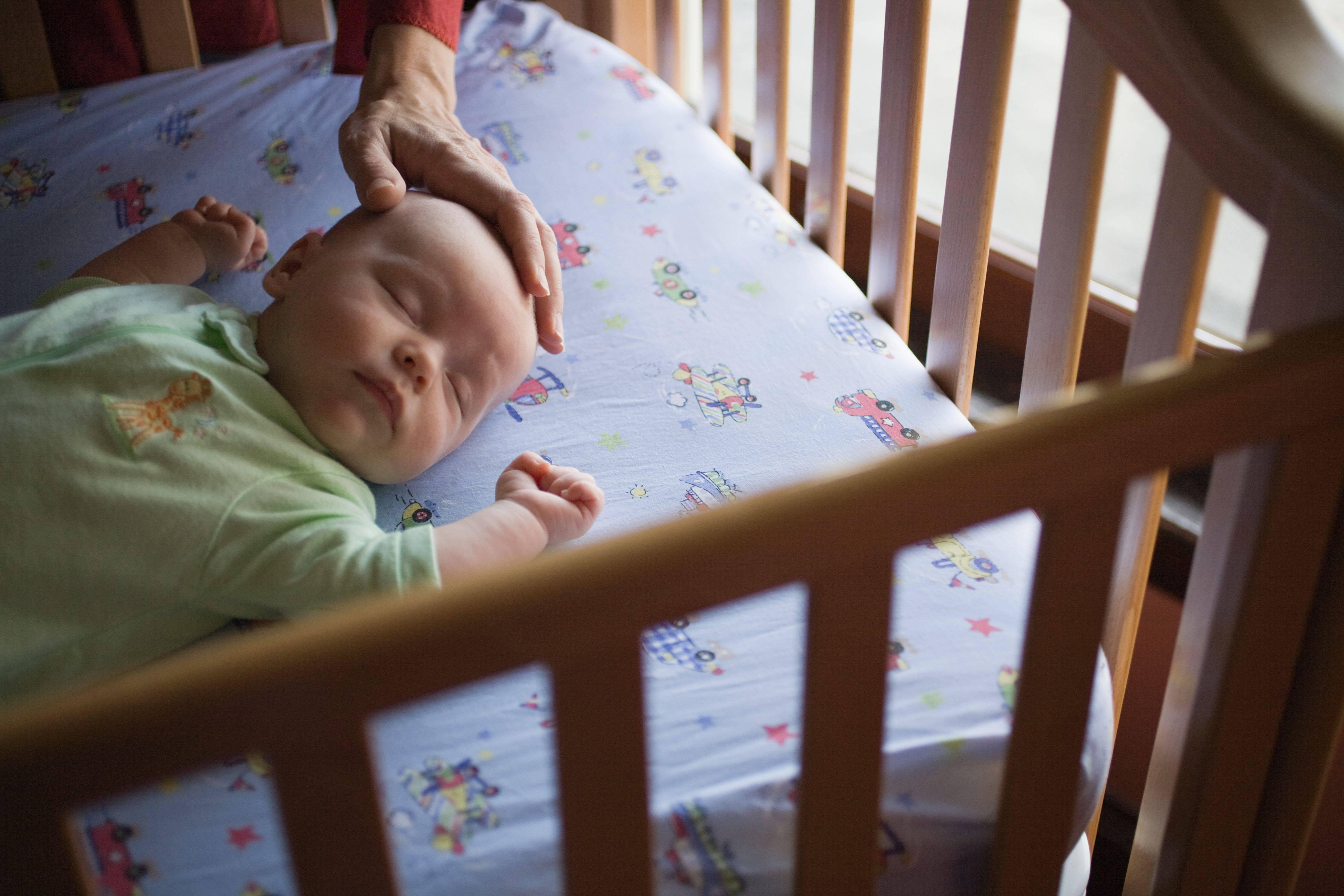 Причины, из-за которых малыш плохо спит в светлое время суток. что предпринять маме, чтобы наладить дневной сон младенца?
