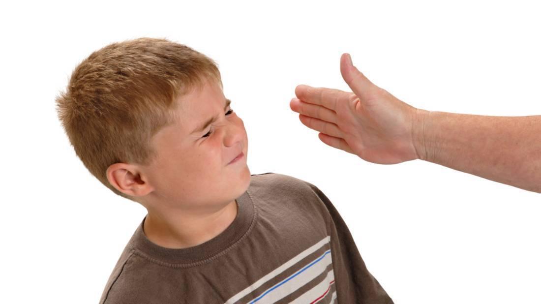 Маленький ребенок бьется головой об пол, об стены