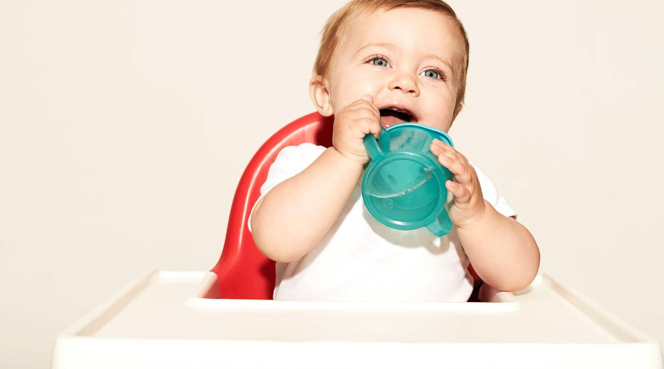 Как научить ребенка пить из кружки самостоятельно