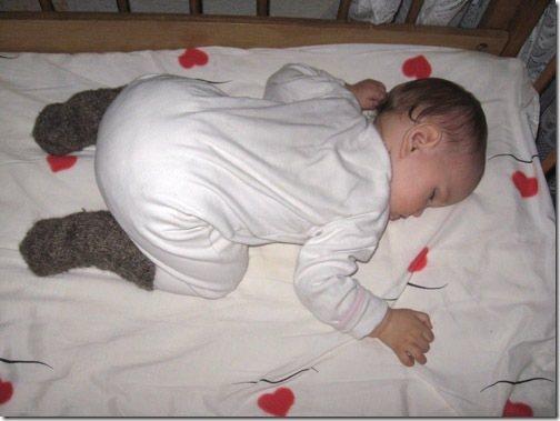 Можно ли новорожденному спать на животе и какие проблемы могут быть от этого