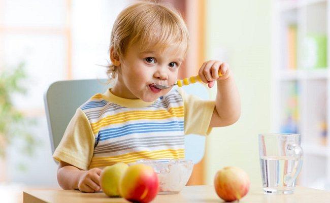 Как научить ребенка есть ложкой самостоятельно: практические советы ирекомендации