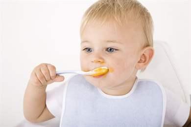 Как научить ребенка кушать ложкой самостоятельно: маленькие хитрости