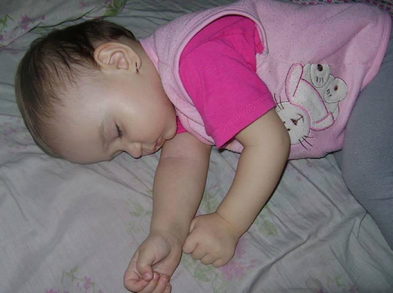 Ребенок потеет во сне | уроки для мам