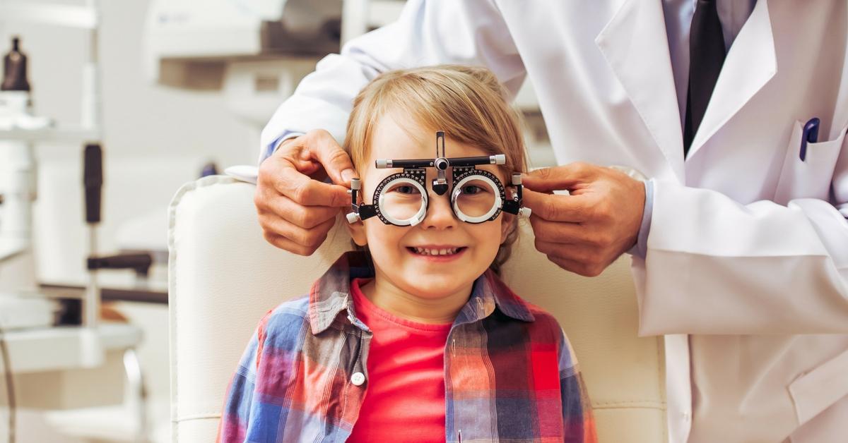 Близорукость у детей школьного возраста: причины, витамины для лечения глаз