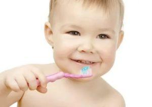 Когда начинать чистить зубки детям?