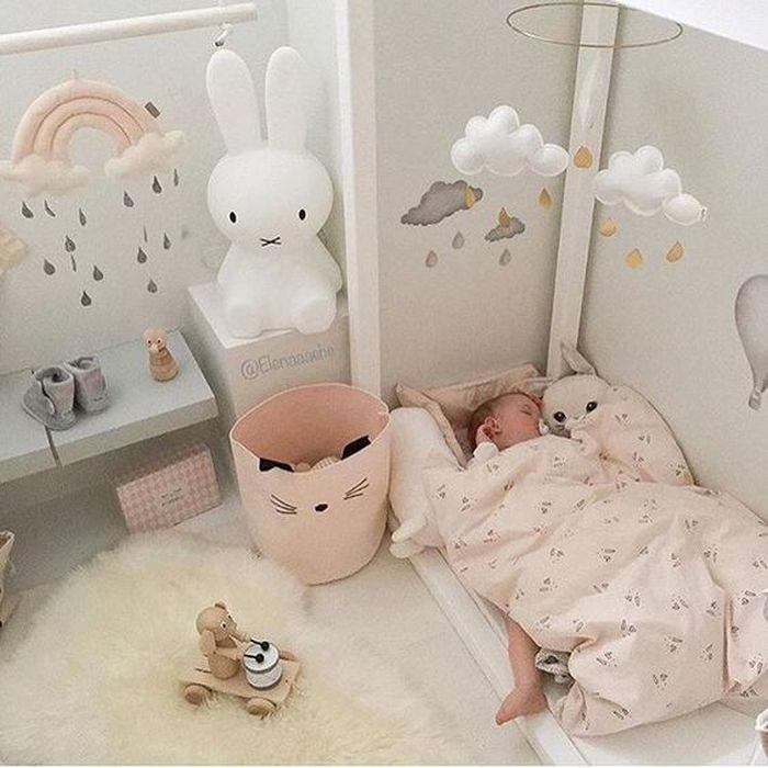 Полный список вещей, которые обязательно нужны в кроватку для новорожденного и что может пригодиться