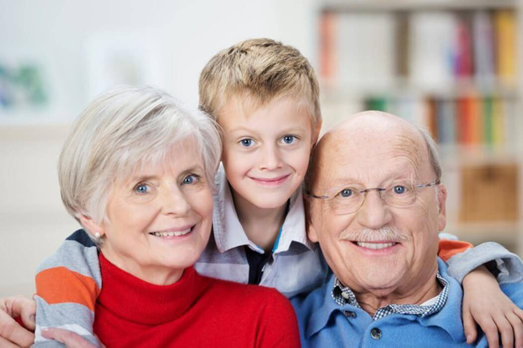 Роль бабушки и дедушки в воспитании детей: плюсы и минусы