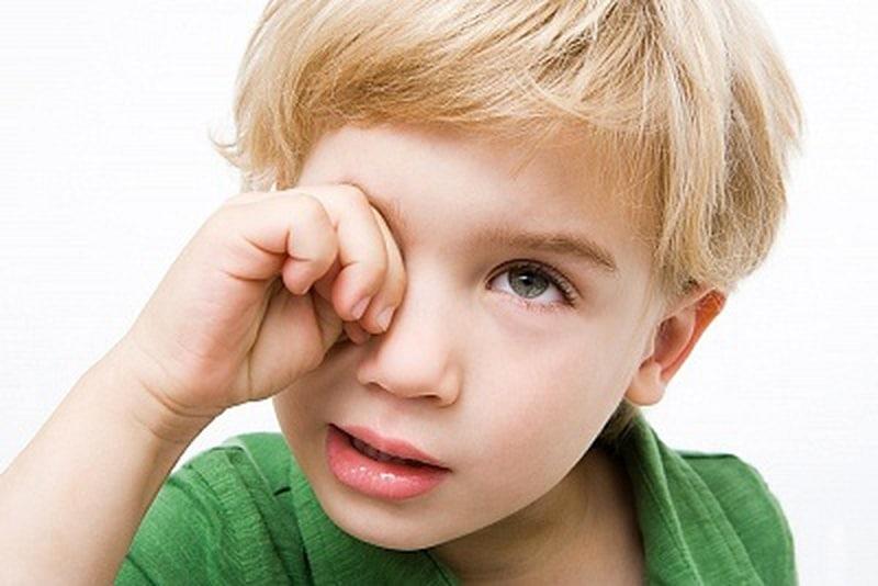 Ребенка болят глаза света, ребенок жалуется на свет.