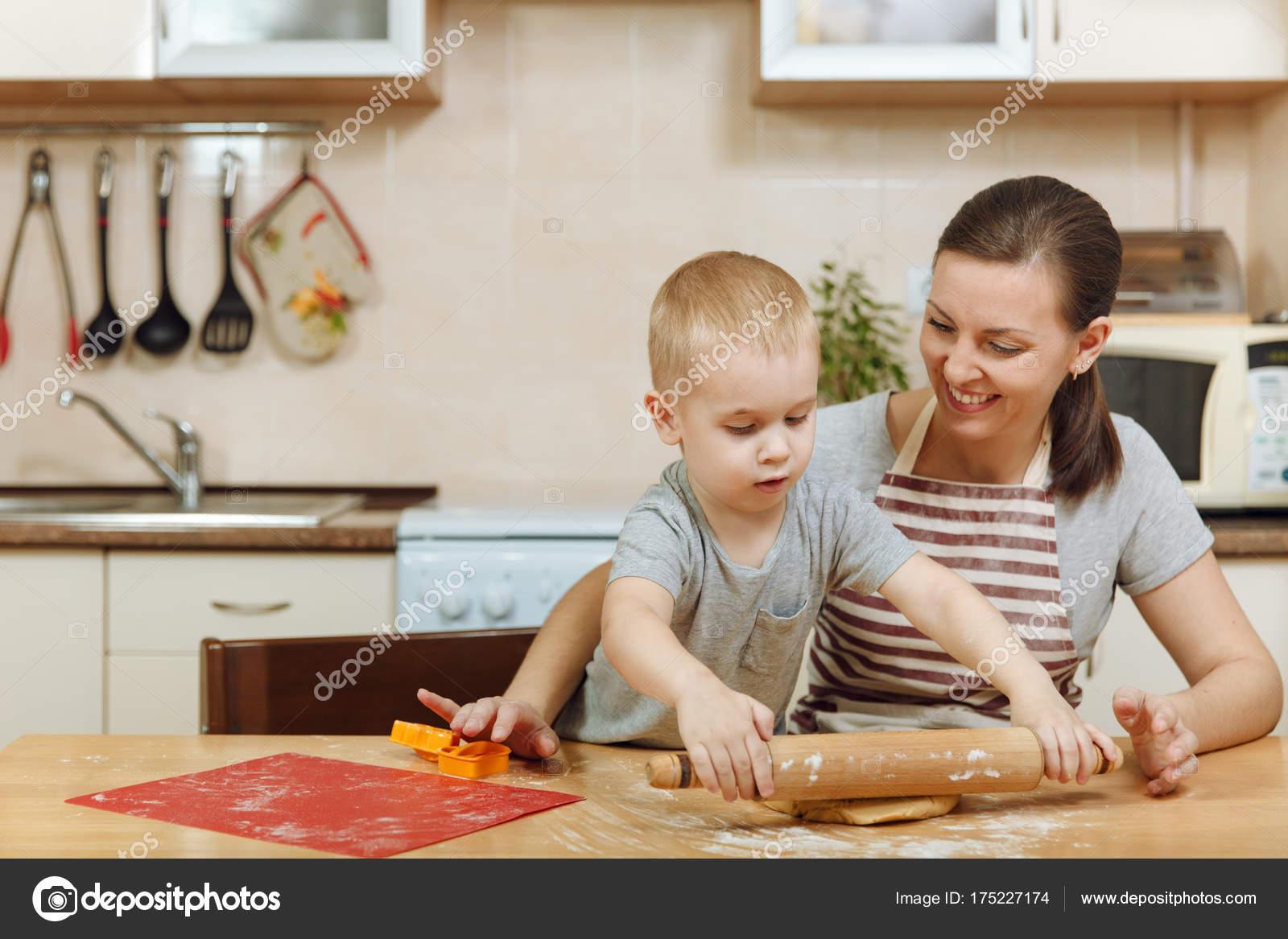 Чем занять ребёнка на кухне?