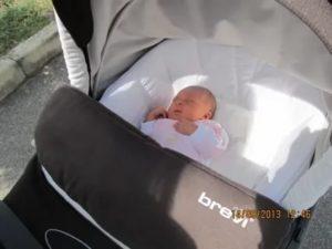 Первая прогулка с новорожденным: когда, как и сколько гулять?