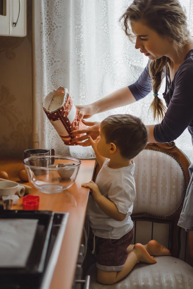 Безопасность детей на кухне: чем занять ребенка пока мама готовит