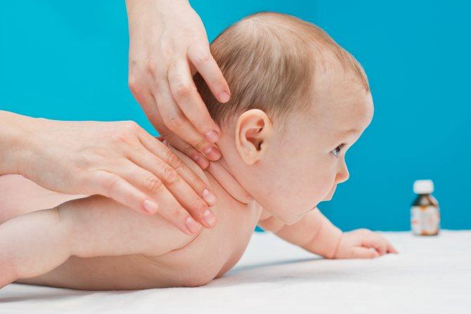 Как научить малыша держать голову: комплекс упражнений