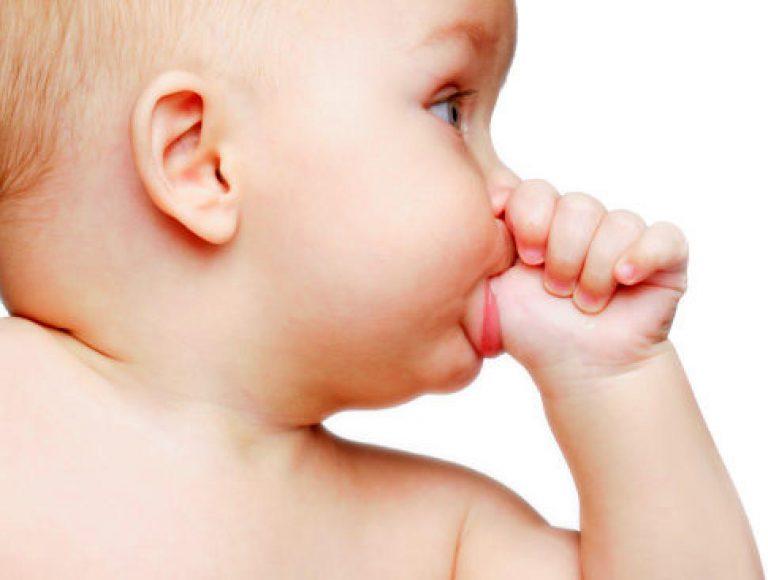 Ребенок сосет палец: что делать