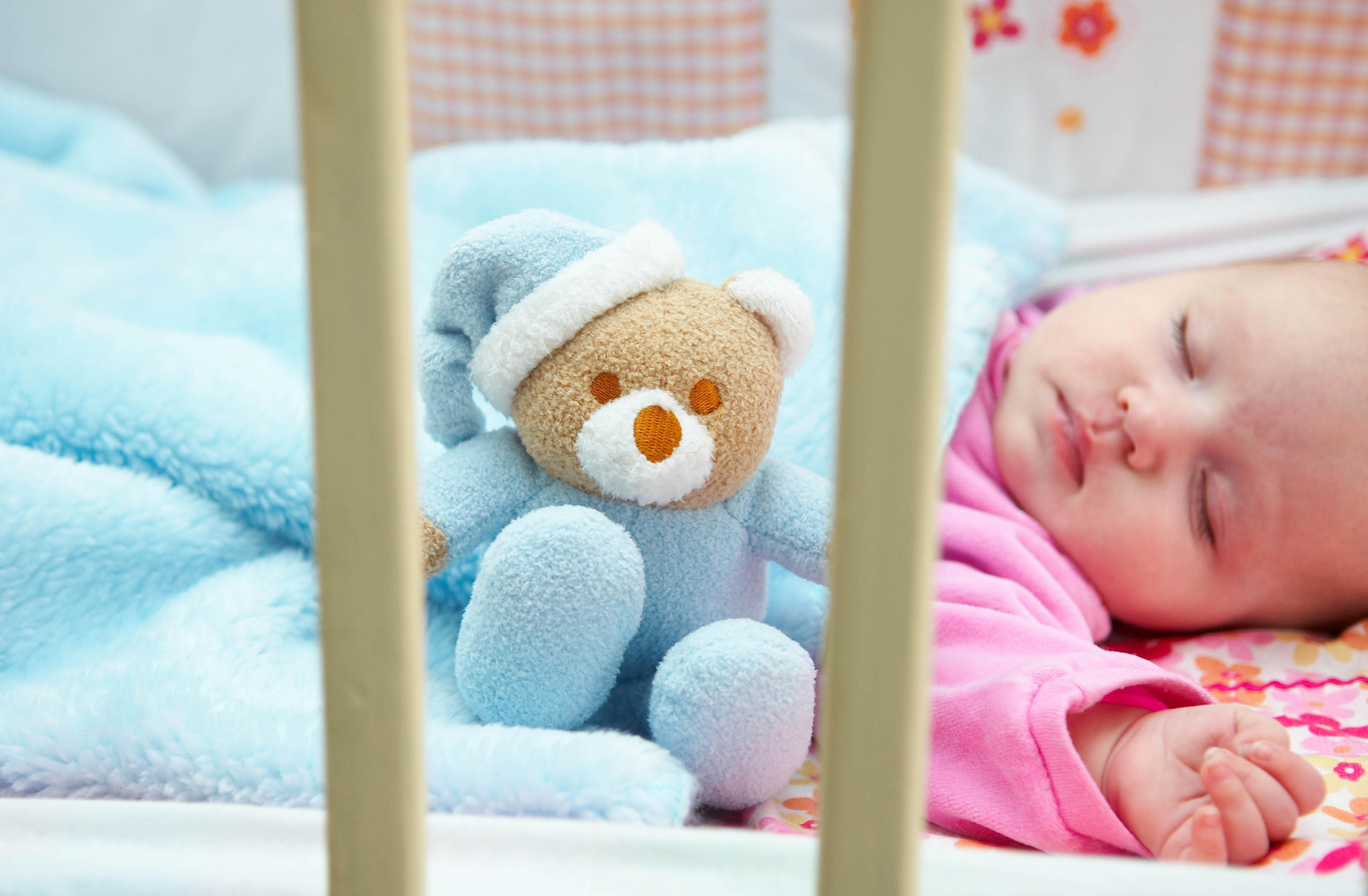 Почему новорожденный грудничок очень мало спит днем и капризничает