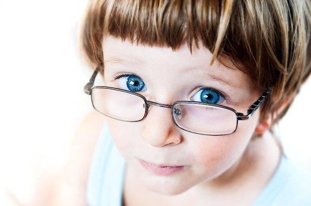 Как видит ребенок при астигматизме и чем ему помочь
