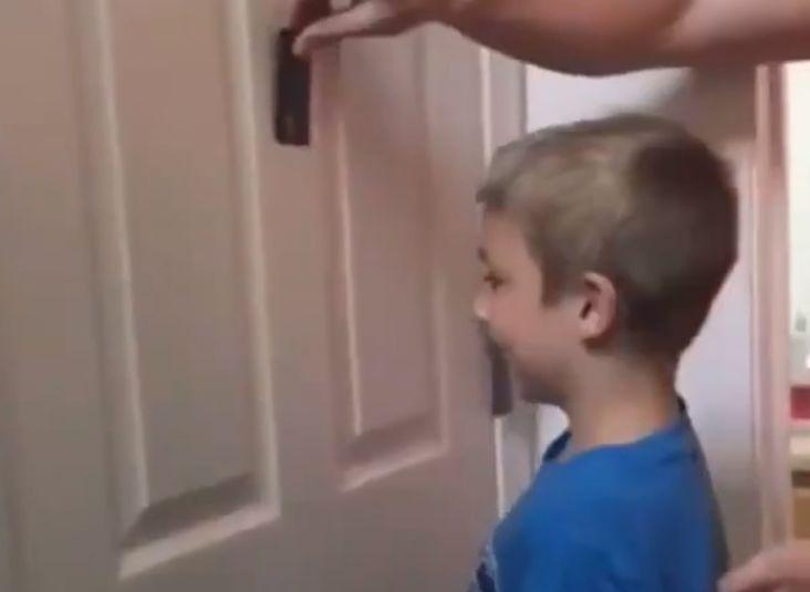 Доктор комаровский - ребенок бьется головой о стену и пол в 1 год: почему падает и бьет себя? что делать?